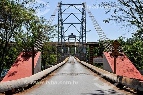 Ponte Pênsil Affonso Penna (1909) sobre o Rio Paranaíba - divisa entre as cidade de Itumbiara (GO) e Araporã (MG)  - Itumbiara - Goiás (GO) - Brasil