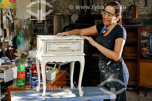 Restauradora de móveis em seu ateliê  - Mirassol - São Paulo (SP) - Brasil