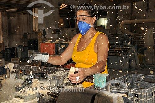 Mulher trabalhando em torno na produção de peças de madeira para móveis  - Mirassol - São Paulo (SP) - Brasil