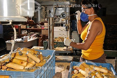 Mulher trabalhando com furadeira na produção de peças de madeira para móveis  - Mirassol - São Paulo (SP) - Brasil