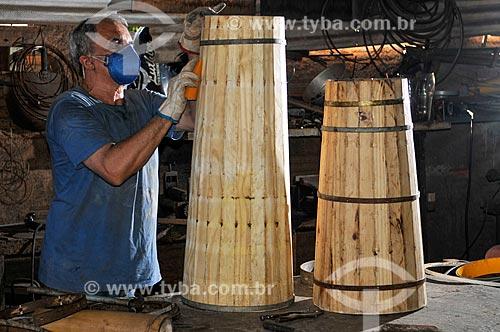 Luthier fabricando instrumento musical em seu ateliê  - São José do Rio Preto - São Paulo (SP) - Brasil