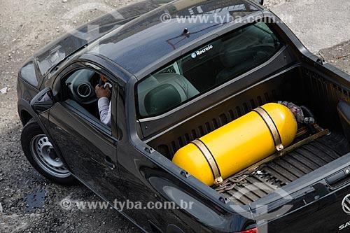 Carro com cilindro de gás na Rodovia Presidente Dutra  - Mesquita - Rio de Janeiro (RJ) - Brasil