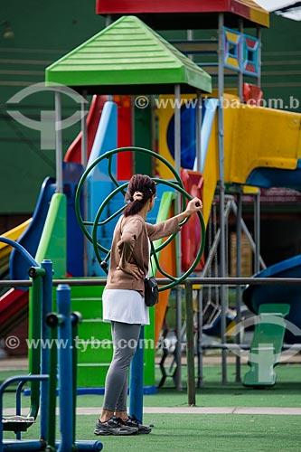 Mulher fazendo atividade física na academia da terceira idade na Praça de Vila Rosali  - São João de Meriti - Rio de Janeiro (RJ) - Brasil