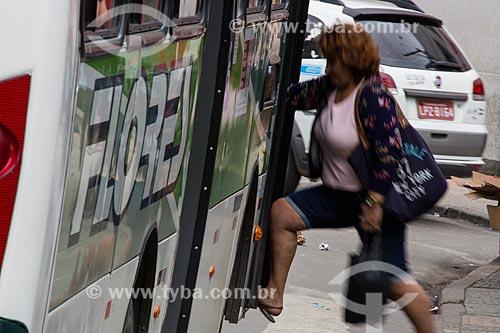 Mulher embarcando no ônibus  - São João de Meriti - Rio de Janeiro (RJ) - Brasil