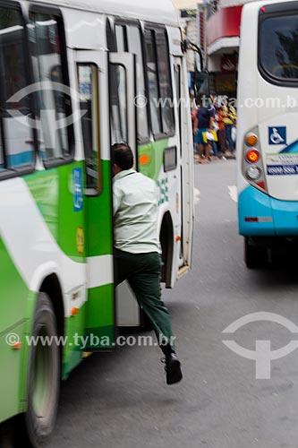 Homem embarcando no ônibus  - São João de Meriti - Rio de Janeiro (RJ) - Brasil