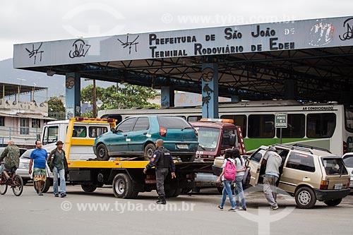 Veículos sendo rebocados em frente ao Terminal Rodoviário de EDEN  - São João de Meriti - Rio de Janeiro (RJ) - Brasil