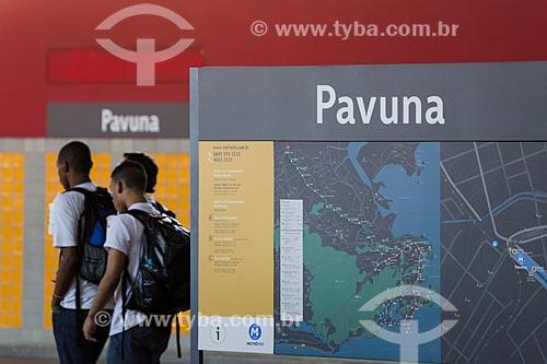 Painel com mapa na Estação Pavuna do Metrô Rio com estudantes ao fundo  - Rio de Janeiro - Rio de Janeiro (RJ) - Brasil