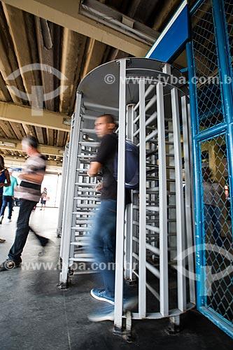 Homem saindo da Estação Nova Iguaçu da Supervia - concessionária de serviços de transporte ferroviário  - Nova Iguaçu - Rio de Janeiro (RJ) - Brasil