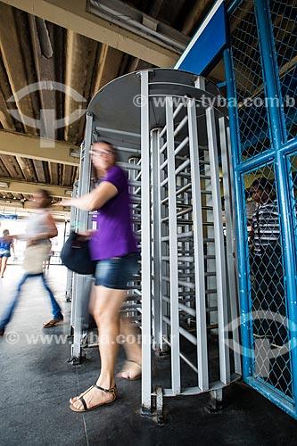 Mulher saindo da plataforma da Estação Nova Iguaçu da Supervia - concessionária de serviços de transporte ferroviário  - Nova Iguaçu - Rio de Janeiro (RJ) - Brasil