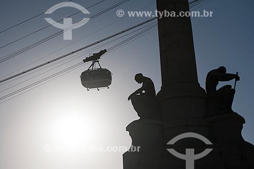 Detalhe do Monumento aos Heróis da Batalha de Laguna e Dourados com bondinho fazendo a travessia entre o Morro da Urca e o Pão de Açúcar  - Rio de Janeiro - Rio de Janeiro (RJ) - Brasil