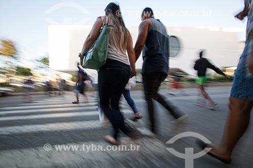 Pessoas passando sobre a faixa de pedestre e ao fundo Biblioteca Municipal Governador Leonel de Moura Brizola - Centro Cultural Oscar Niemeyer  - Duque de Caxias - Rio de Janeiro (RJ) - Brasil