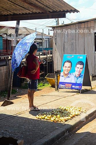 Mulher próximo à propaganda eleitoral  - Itaituba - Pará (PA) - Brasil