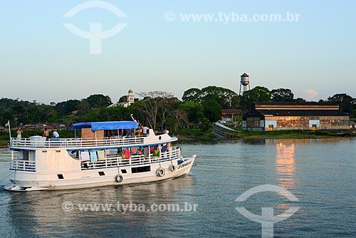 Barco no Rio Tapajós com Fordlândia ao fundo - vila planejada para abrigar a área de produção de borracha de Companhia Ford Industrial do Brasil  - Aveiro - Pará (PA) - Brasil