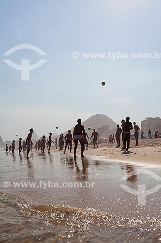 Pessoas jogando futebol na orla da Praia do Leme  - Rio de Janeiro - Rio de Janeiro (RJ) - Brasil