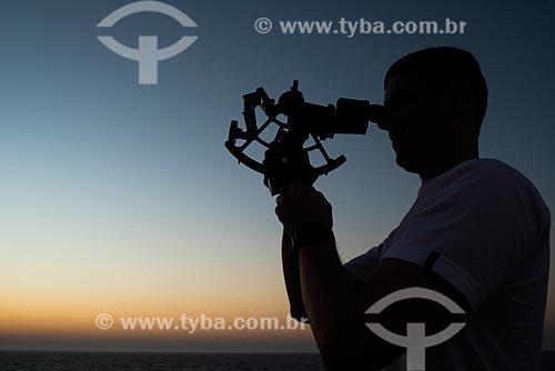 Oficial de náutica Fabricio fazendo navegação pelas estrelas utilizando sextante  - São Paulo - São Paulo (SP) - Brasil