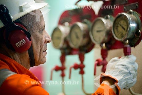Chefe de máquinas Antônio Simões Rolo, na praça de máquinas do navio Maisa  - Rio Grande do Sul (RS) - Brasil