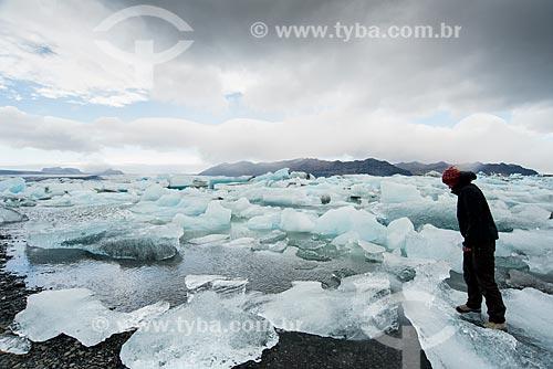Turista no lago do Glaciar Jökulsárlón no Parque Nacional Vatnajökull  - Austurland - Islândia