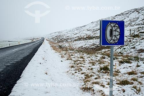 Placa na Ring road - principal estrada da Islândia - indicando o uso de correntes nos pneus  - Northeastern Region - Islândia