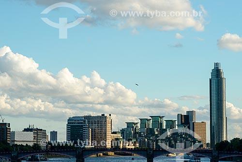 Vista do Rio Tâmisa com a prédios ao fundo  - Londres - Grande Londres - Inglaterra