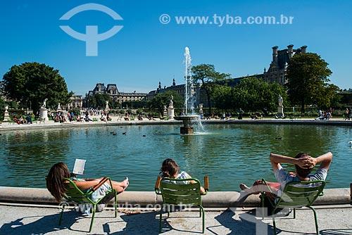 Pessoas tomando banho de sol no Jardin des Tuileries (Jardins das Tulherias)  - Paris - Paris - França