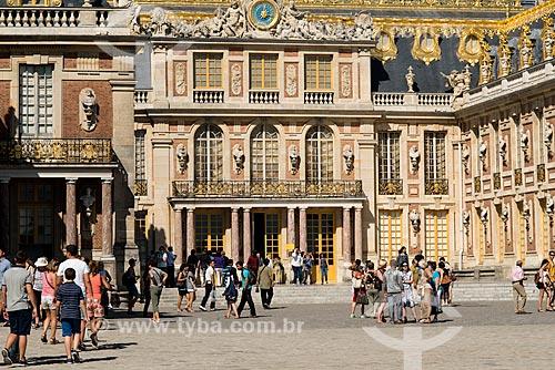 Turistas no pátio do Château de Versailles (Palácio de Versalhes) - residência oficial da monarquia da Francesa entre os anos de 1682 a 1789  - Versalhes - Yvelines - França