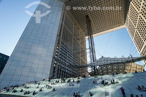 Pessoas sentadas escadaria do Grande Arche de la Défense (Arco de La Defense)  - Paris - Paris - França