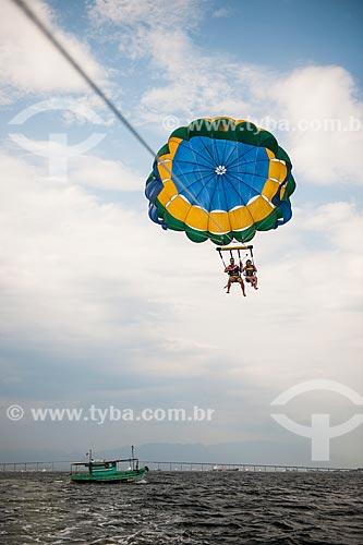 Casal praticando parasail na Baía de Guanabara  - Rio de Janeiro - Rio de Janeiro (RJ) - Brasil