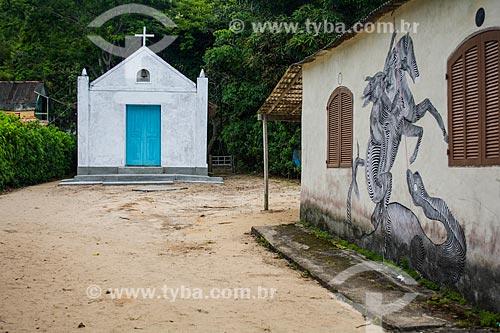 Desenho de São Jorge na Praia Grande de Palmas com a Igreja de São Benedito ao fundo  - Angra dos Reis - Rio de Janeiro (RJ) - Brasil