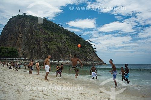 Pessoas jogando futebol na orla da Praia do Leme com a Área de Proteção Ambiental do Morro do Leme ao fundo  - Rio de Janeiro - Rio de Janeiro (RJ) - Brasil