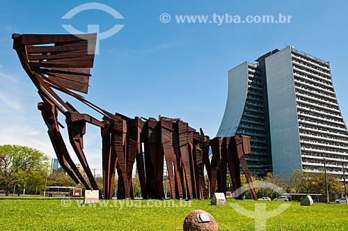 Vista do Monumento aos Açorianos (1974) - com o Centro Administrativo do Estado do Rio Grande do Sul (CAERGS) - também conhecido como Centro Administrativo Fernando Ferrari - ao fundo  - Porto Alegre - Rio Grande do Sul (RS) - Brasil