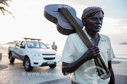 Estátua do maestro Tom Jobim no calçadão da Praia do Arpoador com viatura da Guarda Municipal ao fundo  - Rio de Janeiro - Rio de Janeiro (RJ) - Brasil