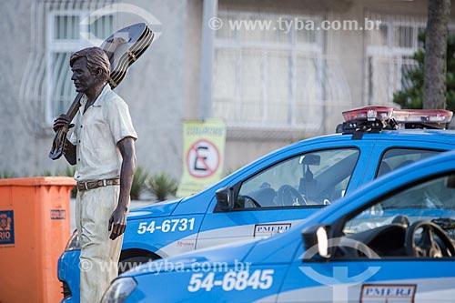 Estátua do maestro Tom Jobim no calçadão da Praia do Arpoador com viatura da Polícia Militar ao fundo  - Rio de Janeiro - Rio de Janeiro (RJ) - Brasil