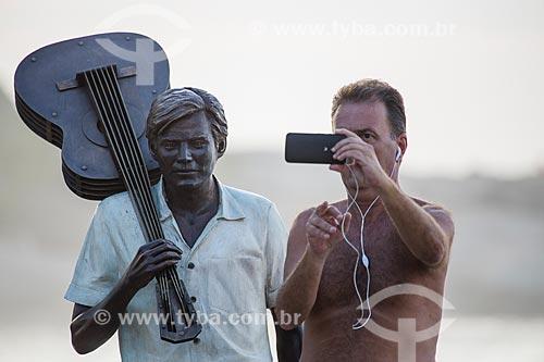 Homem fotografando a estátua do maestro Tom Jobim no calçadão da Praia do Arpoador  - Rio de Janeiro - Rio de Janeiro (RJ) - Brasil