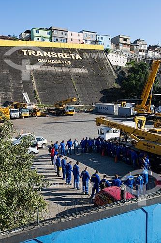 Operários fazendo oração matinal no pátio da empresa Transreta Guindastes - próximo à passarela 21 da Avenida Brasil  - Rio de Janeiro - Rio de Janeiro (RJ) - Brasil