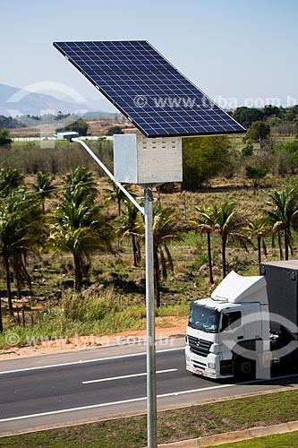 Detalhe de célula solar usada na iluminação do Arco Metropolitano com caminhão ao fundo  - Seropédica - Rio de Janeiro (RJ) - Brasil