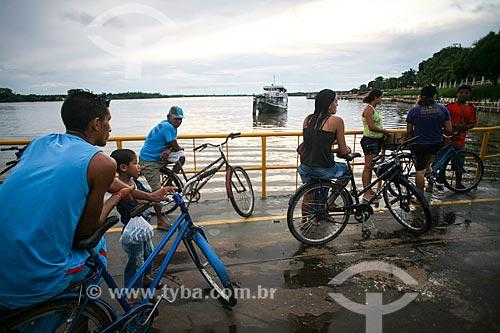 Pessoas aguardando a balsa para travessia do Rio Paracauari  - Soure - Pará (PA) - Brasil