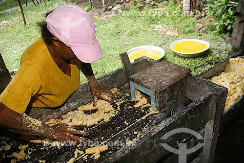 Mulher processando milho  - Salvaterra - Pará (PA) - Brasil