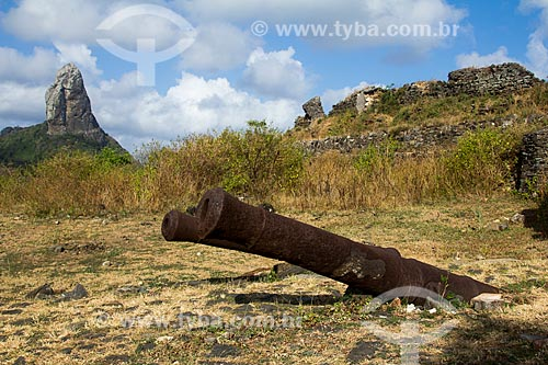 Canhões do Forte de Nossa Senhora dos Remédios com o Morro do Pico ao fundo  - Fernando de Noronha - Pernambuco (PE) - Brasil