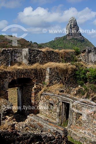 Ruínas do Forte de Nossa Senhora dos Remédios com o Morro do Pico ao fundo  - Fernando de Noronha - Pernambuco (PE) - Brasil
