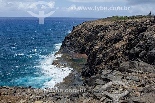 Vista da orla do Arquipélago de Fernando de Noronha durante a Trilha do Atalaia - entre a Praia do Atalaia e a Enseada da Caieira  - Fernando de Noronha - Pernambuco (PE) - Brasil