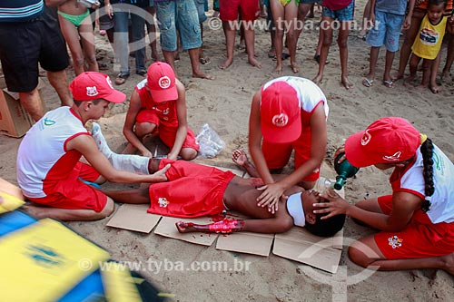 Crianças fazendo simulação de salvamento durante Festival de Praia de Pimenteiras - Bombeiro Mirim  - Porto Velho - Rondônia (RO) - Brasil