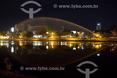 Vista do lago no Parque Lago das Rosas à noite  - Goiânia - Goiás (GO) - Brasil