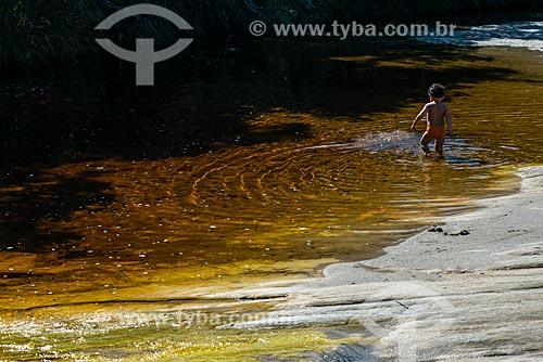 Criança brincando na Prainha - Parque Estadual do Ibitipoca  - Lima Duarte - Minas Gerais (MG) - Brasil