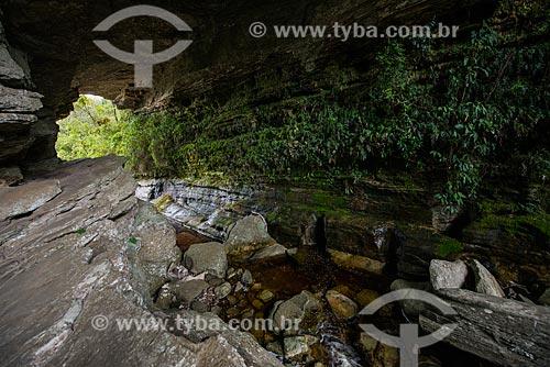 Vista sob a Ponte de Pedra - formação rochosa do Parque Estadual do Ibitipoca  - Lima Duarte - Minas Gerais (MG) - Brasil