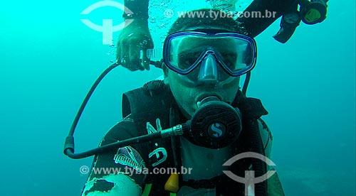 Homem mergulhando no litoral de Arquipélago de Fernando de Noronha  - Fernando de Noronha - Pernambuco (PE) - Brasil