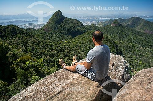 Homem observando a paisagem a partir do Bico do Papagaio  - Rio de Janeiro - Rio de Janeiro (RJ) - Brasil