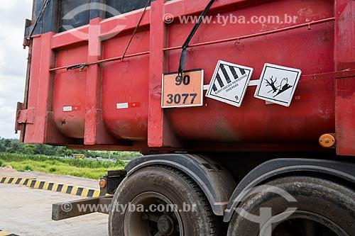 Detalhe de caminhão com placa de transporte de substâncias perigosas na Rodovia BR-324 - próximo ao município de São Sebastião do Passé  - São Sebastião do Passé - Bahia (BA) - Brasil