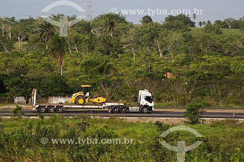Caminhão transportando rolo compactador na Rodovia BR-324 - próximo ao município de São Sebastião do Passé  - São Sebastião do Passé - Bahia (BA) - Brasil