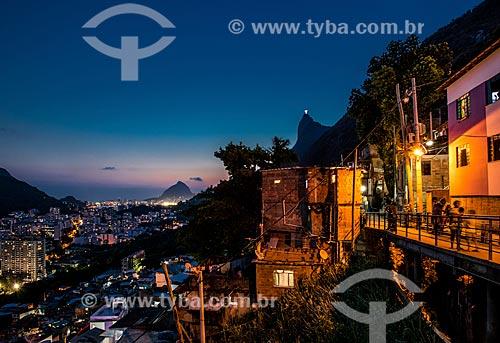 Entardecer na Favela Santa Marta com o Cristo Redentor ao fundo  - Rio de Janeiro - Rio de Janeiro (RJ) - Brasil