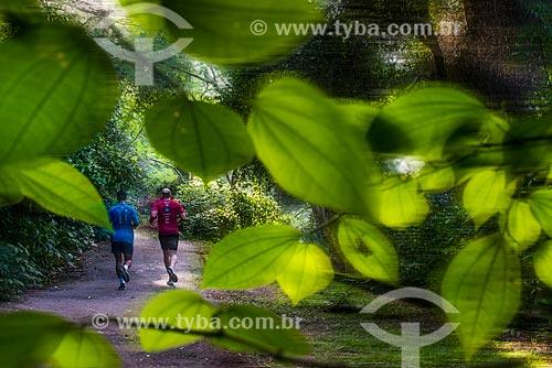 Homens correndo na Pista Cláudio Coutinho - também conhecida como Caminho do Bem-te-Vi e Estrada do Costão  - Rio de Janeiro - Rio de Janeiro (RJ) - Brasil